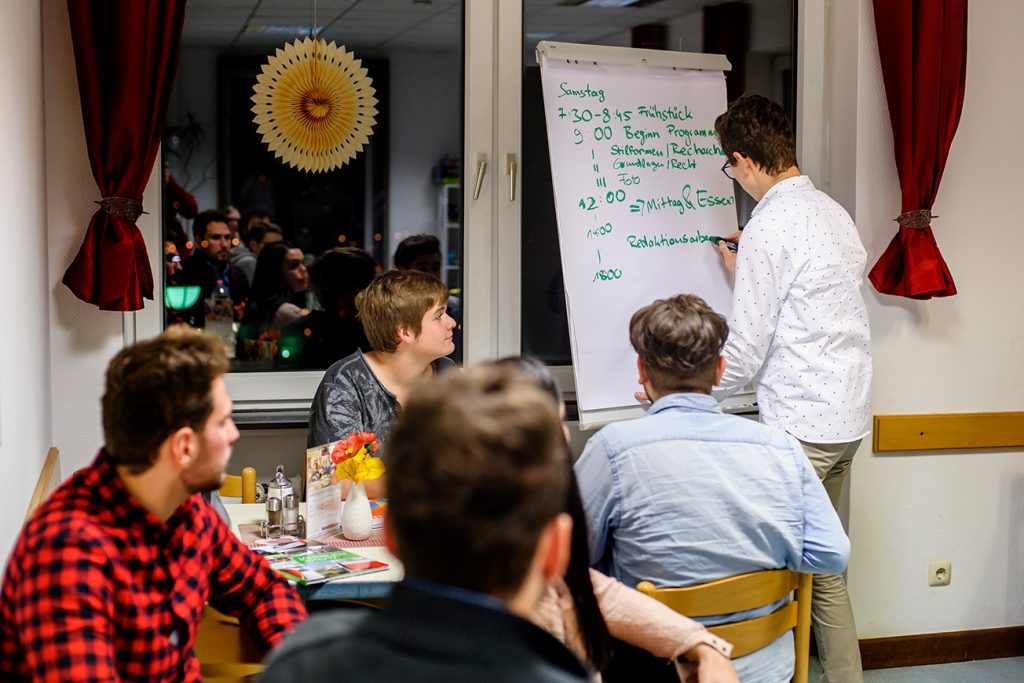 Samuel Grösch erklärt das Programm für den nächsten Tag.